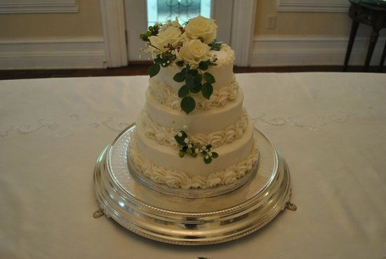 Trinkle Mansion Bed & Breakfast: Patti's cakes are as delicious as they are beautiful!