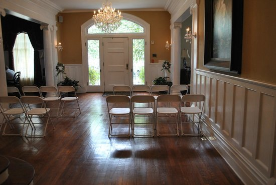 Trinkle Mansion Bed & Breakfast: Foyer - set up for wedding