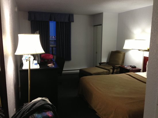 Travelodge Hotel Calgary International Airport South: Little dark room.