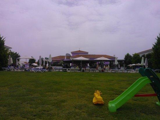 Akamanthea Holiday Village : Grassy Area