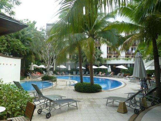 ibis Phuket Patong: Vu sur piscine &  jacuzzy