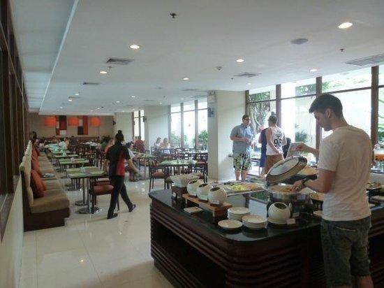 ibis Phuket Patong: Salle à manger pendant le pdj