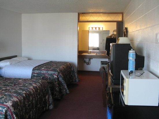 University Inn Corvallis: accordian door separates the room from the sinks and bathroom