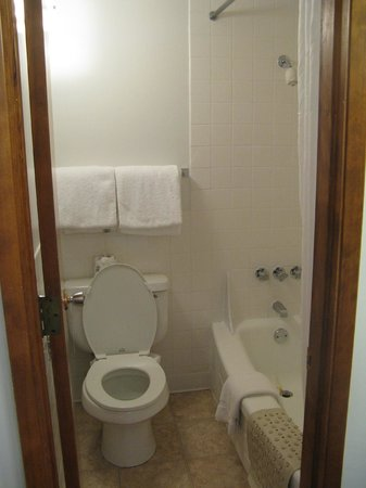 University Inn Corvallis: toilet and tub in a separate (tiny) room