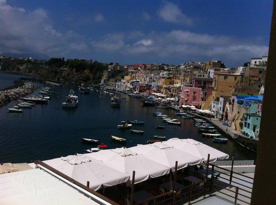 Hotel La Corricella: Vue de la terrasse des chambres- Le restaurant est dessous !
