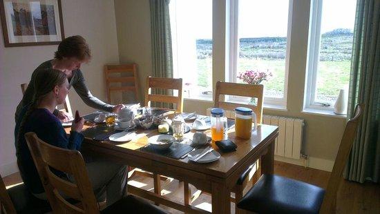 Beinn Edra House Bed & Breakfast: Rachel serving breakfast to the guests