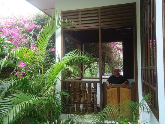 Anda Bungalows : Relaxing on the balcony of the bungalow