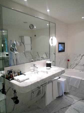 Le Richemond, Genève : Sizeable bathroom