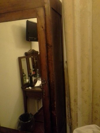 Hotel Cimabue: Armoire' door about to fall off.