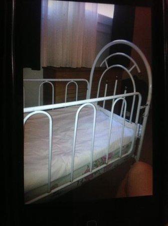 Susuzlu Otel: baby bed? cot? carriola?