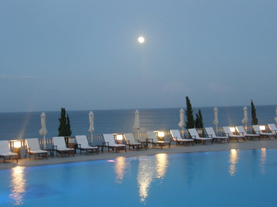 Regina Dell Acqua Resort: Poolside out to sea at night
