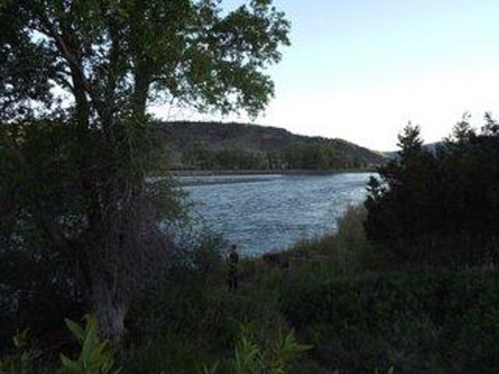 Paradise Gateway Bed & Breakfast: View to Yellowstone River from path