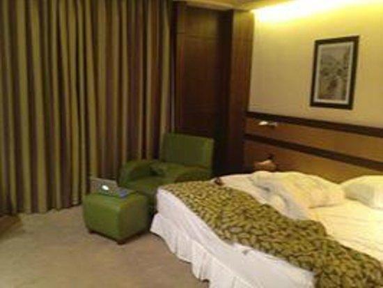 Coral Beirut Al Hamra Hotel: Room interior