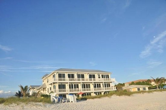 Mainsail Beach Inn: View of the Inn from the Beach