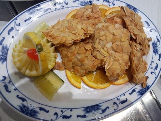 Loon Fung Restaurant: Almond Chicken