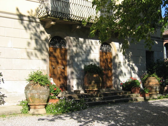 Alle Camelie: The entrance to villa Orsi