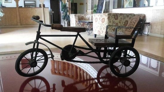 Stay Simple Hotel Jaisalgarh: Some Artwork at Lobby level on Window sils