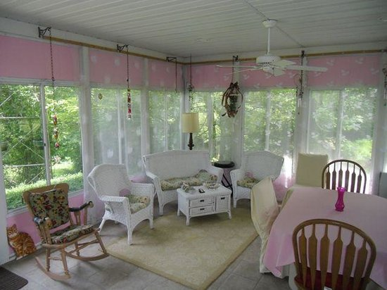 River Gardens Bed and Breakfast, LLC: Breakfast on the Sunporch