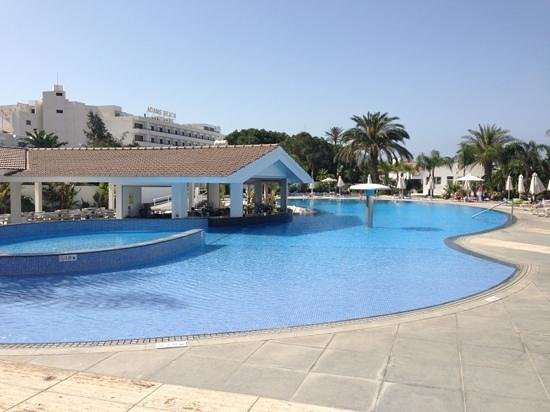 Christofinia Hotel: The pool with fabulous swim up bar !