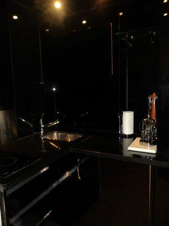 Apartamentos Guadalpin Boutique: Kitchen Area
