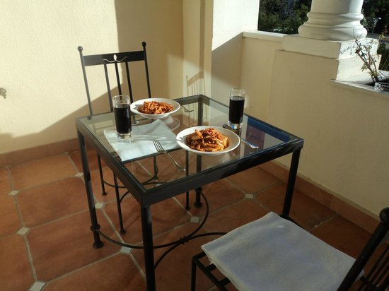 Apartamentos Guadalpin Boutique: Lovely to cook dinner and eat on the balcony