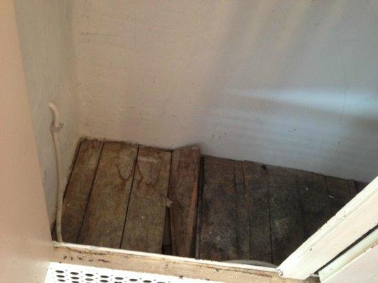 Abbaye des Vaux de Cernay Hotel: le placard de la salle de bains : miteux