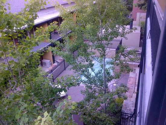 Treasure Mountain Inn Hotel and Conference Center: view from balcony to courtyard and hot tub