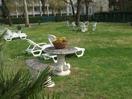 Hotel Harrys' Garden: lettini esterni