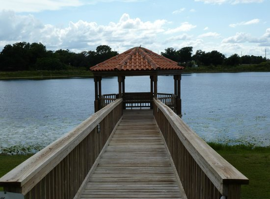 Quality Inn and Suites Mount Dora : Gazebo over looking the lake