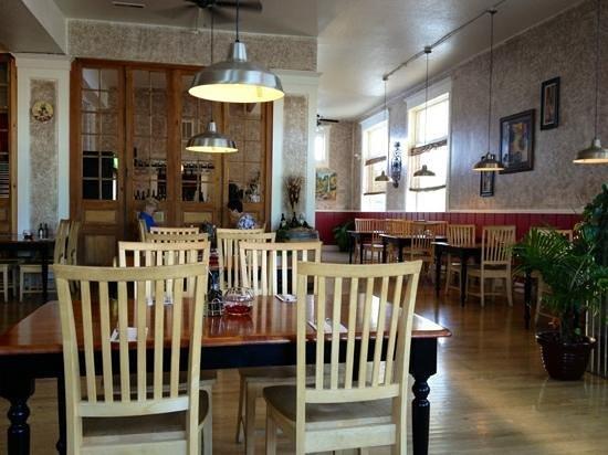 Mangiare Italian Restaurant: Rest of dining room.