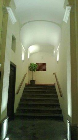 Palazzo Montefusco Sorrento: Entrance Stairs