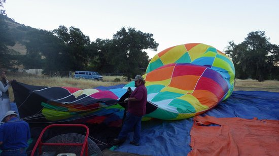 Napa Valley Drifters: Setting up the balloon.