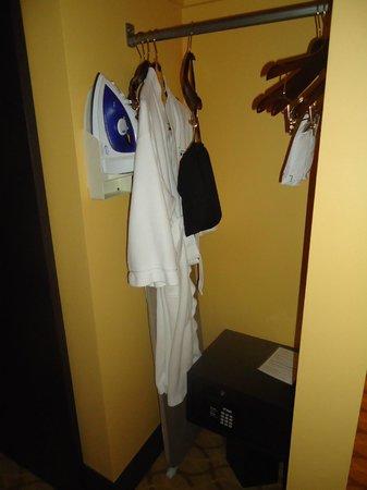 Hotel Urbano: Closet con plancha, mesa de planchar y secador de cabello