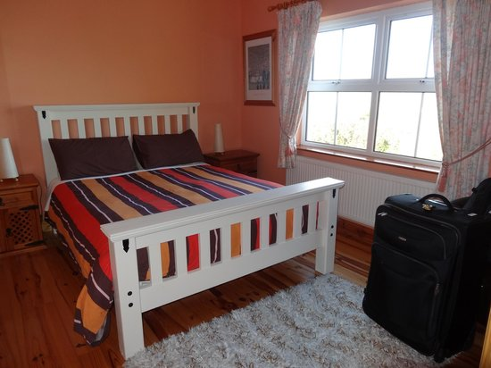 O'Reilly's Guest Accommodation: One of the front bedrooms with sea view