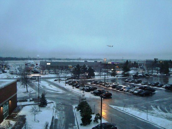 Hilton Garden Inn Ottawa Airport: View from my room-Despite the landing and takeoffs of airplanes, you can't hear a thing in the r