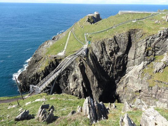 O'Reilly's Guest Accommodation: Mizen Head with pedestrian bridge between cliffs