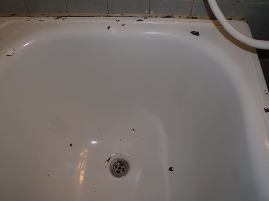 Hotel Astoria : bath.tiny, moldy, shipped and rusty.