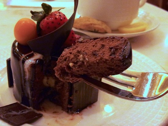 Maxims Hotel - Resorts World Manila: Chocolate Opera Cake at Cafe Maxims.