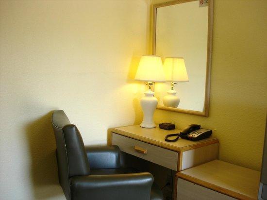 Value Inn Motel : work desk