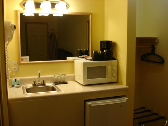 Value Inn Motel: micro and coffemaker