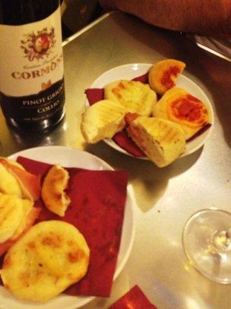 Doveralu: complimentary mini pizza breads