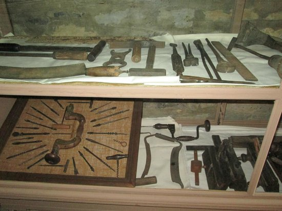 Crockett Tavern Museum: Tools of the day