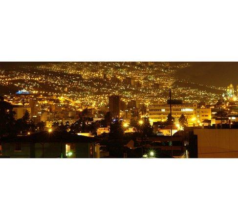 La Casa Amarilla: Vista de Quito desde la habitacion