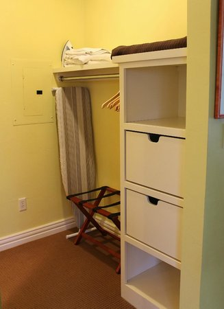 Lodgings at Pioneer Lane: Gift Box Suite - Open Closet Area