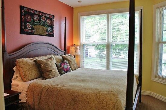 Lodgings at Pioneer Lane: Gift Box Suite - Bedroom