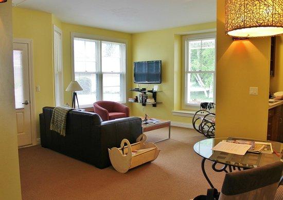 Lodgings at Pioneer Lane: Gift Box Suite - Living Room