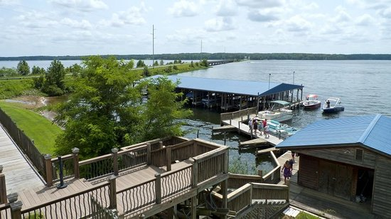 Watersview Restaurant: Another view in another direction of the lake