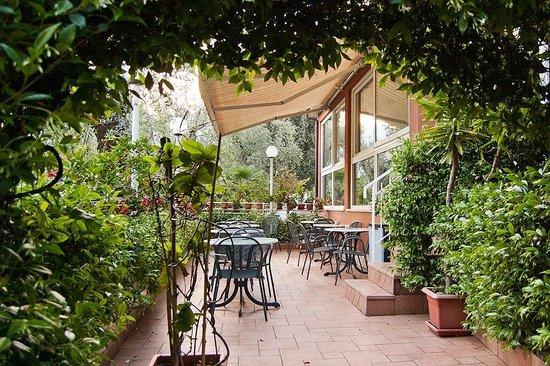 Hotel Garni Ischia: The outdoor dining area