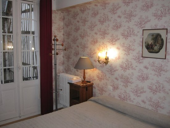 Hotel de la Cathedrale: The room has matching wallpaper and curtains