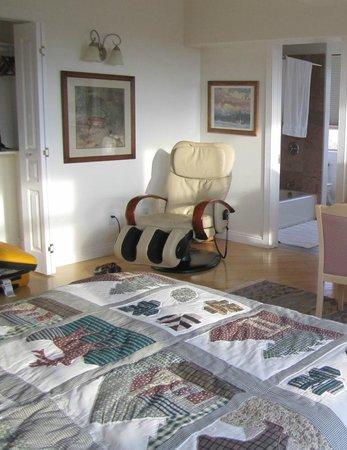 Torrey Schoolhouse B&B Inn: room with massage recliner
